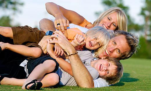 Familie lachen und liegend auf Rasen