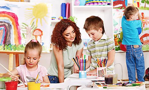 Szene aus dem Kindergarten - malende Kinder
