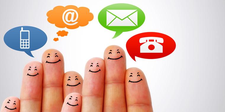 Finger mit Gesichtern und Textblasen mit Telefon, Handy und Email