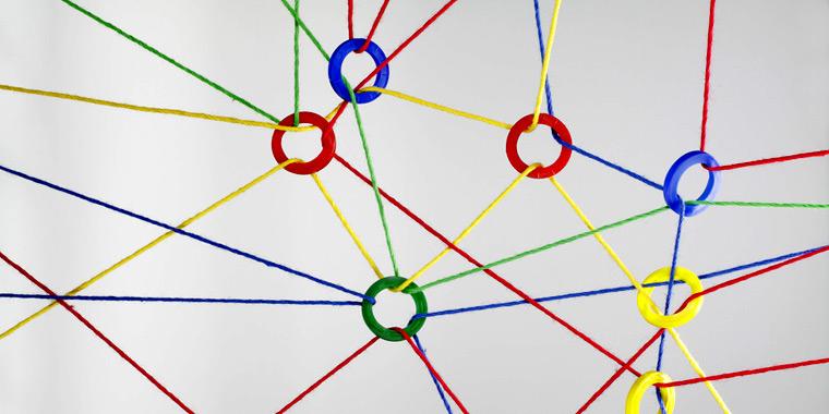 Mehrere Farbige Ringe verbunden durch Wollschnüren