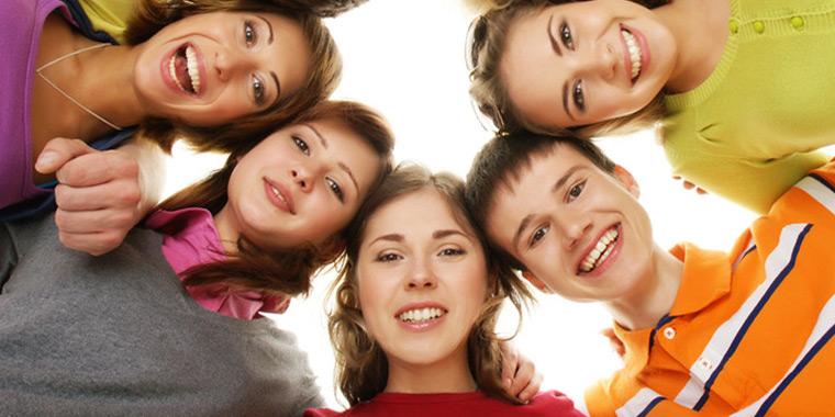 Fröhliche Teenager im Kreis, nach unten blickend