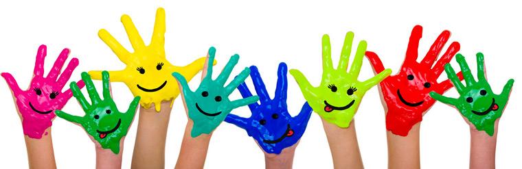 Bunte Hände mit Gesichtern